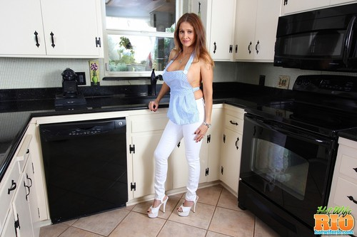 HotWifeRio.com – Hot MILF In The Kitchen [January 13, 2018]