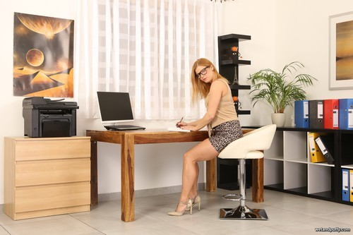 WetAndPuffy.com – Chrissy Fox Office Satisfaction [February 9, 2018]