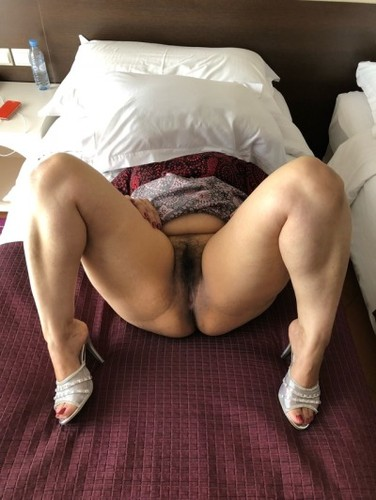 Impudence! Indian aunty showing pussy commit error