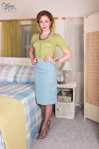VintageFlash.com – Lucy Lauren Ravishing In RHTs [December 22, 2017]