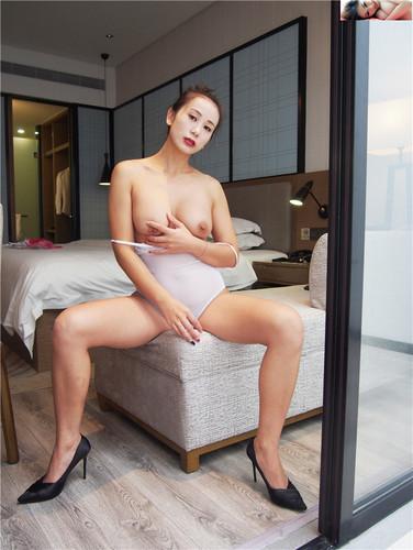 Star girl Gu Xinyi beautiful breast milk