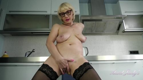 [AuntJudys] Linda Kitchen Housewife Masturbation (2019/721.3 MB/1080p)